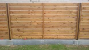 Medinė horizontali vienpusė tvora su surenkamu pamatu