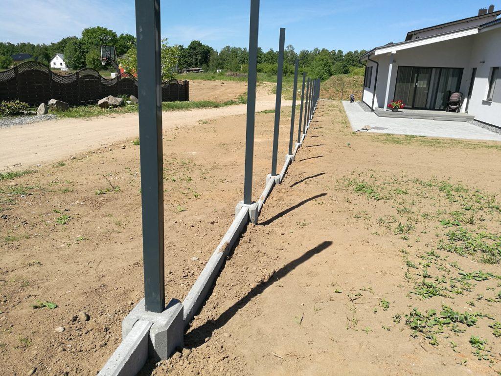 Surenkamas tvoros pamatas su betoninėmis detalėmis