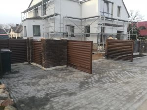 Varstomi žaliuzės vartai, medžio imitacija
