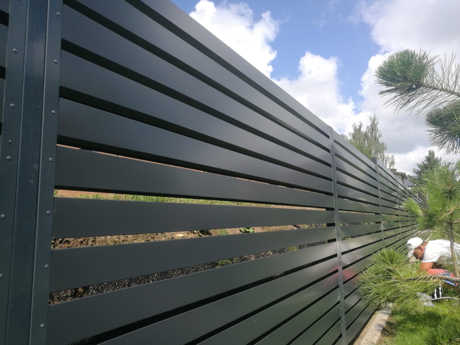 žaliuzinė vienpusė tvora, iš skardinių segmentų