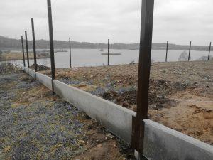 Surenkamas tvoros pamatas su metalinėmis detalėmis